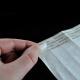 Fjerne silikonbelagt papir for å beskytte limet på tykke papirarmbånd