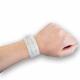 Medisinsk armbånd med innsats på håndleddet.